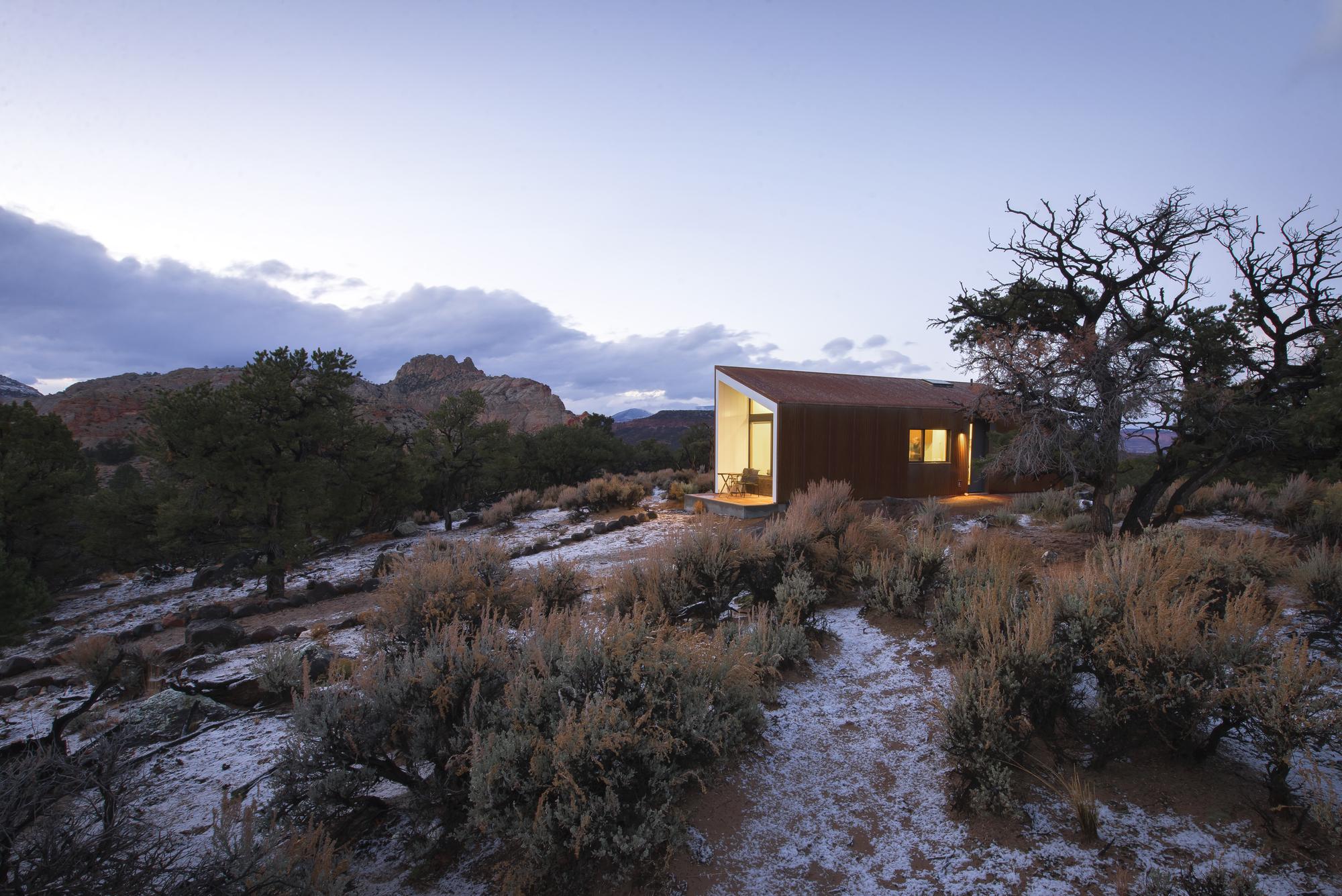 5522f95de58ecea119000056_capitol-reef-desert-dwelling-imbue-design_01_guest_house_context