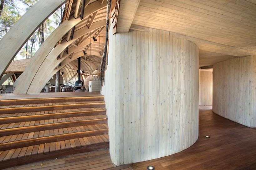 nicholas-plewman-architects-sandibe-okavango-safari-lodge-designboom-13-818x546
