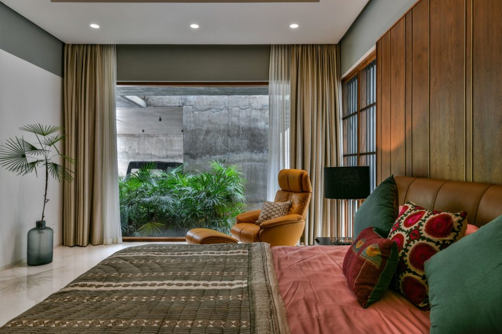 A Tropical bedroom in the Skew House in India by Thought Parallels.