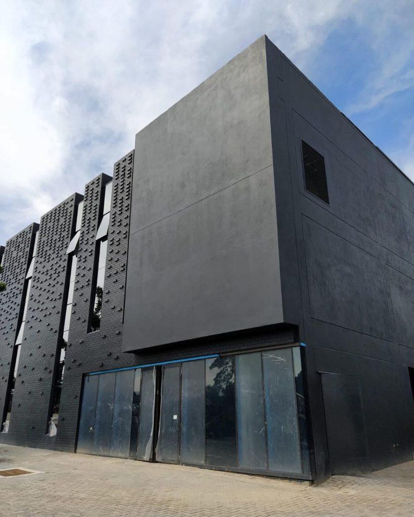 Multi texture facade of 31 commerce